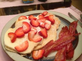 Strawberrys, pancakes and bacon….mmm….